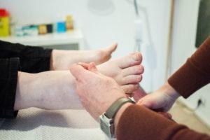 voeten met naaldjes